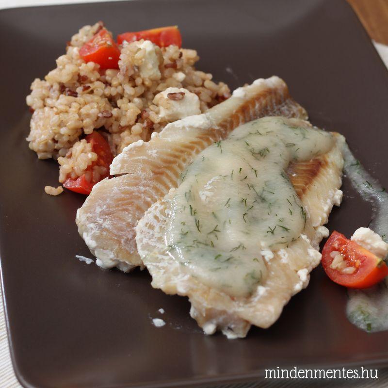 Sült hal kaporszósszal, paradicsomos-fetás barnarizzsel