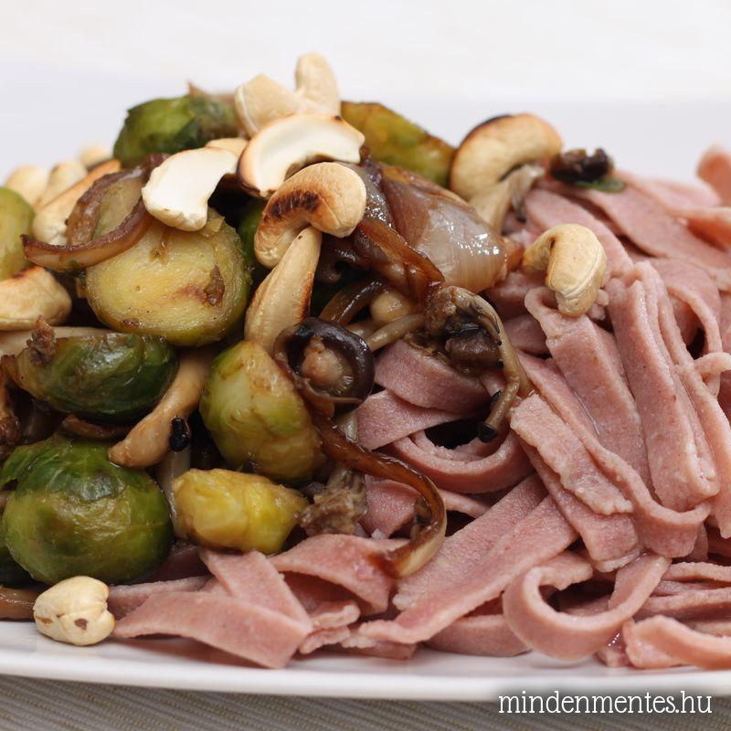 Színes metélt sült zöldségekkel és kesuval