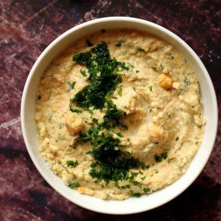 Sült fokhagymás, petrezselymes hummusz